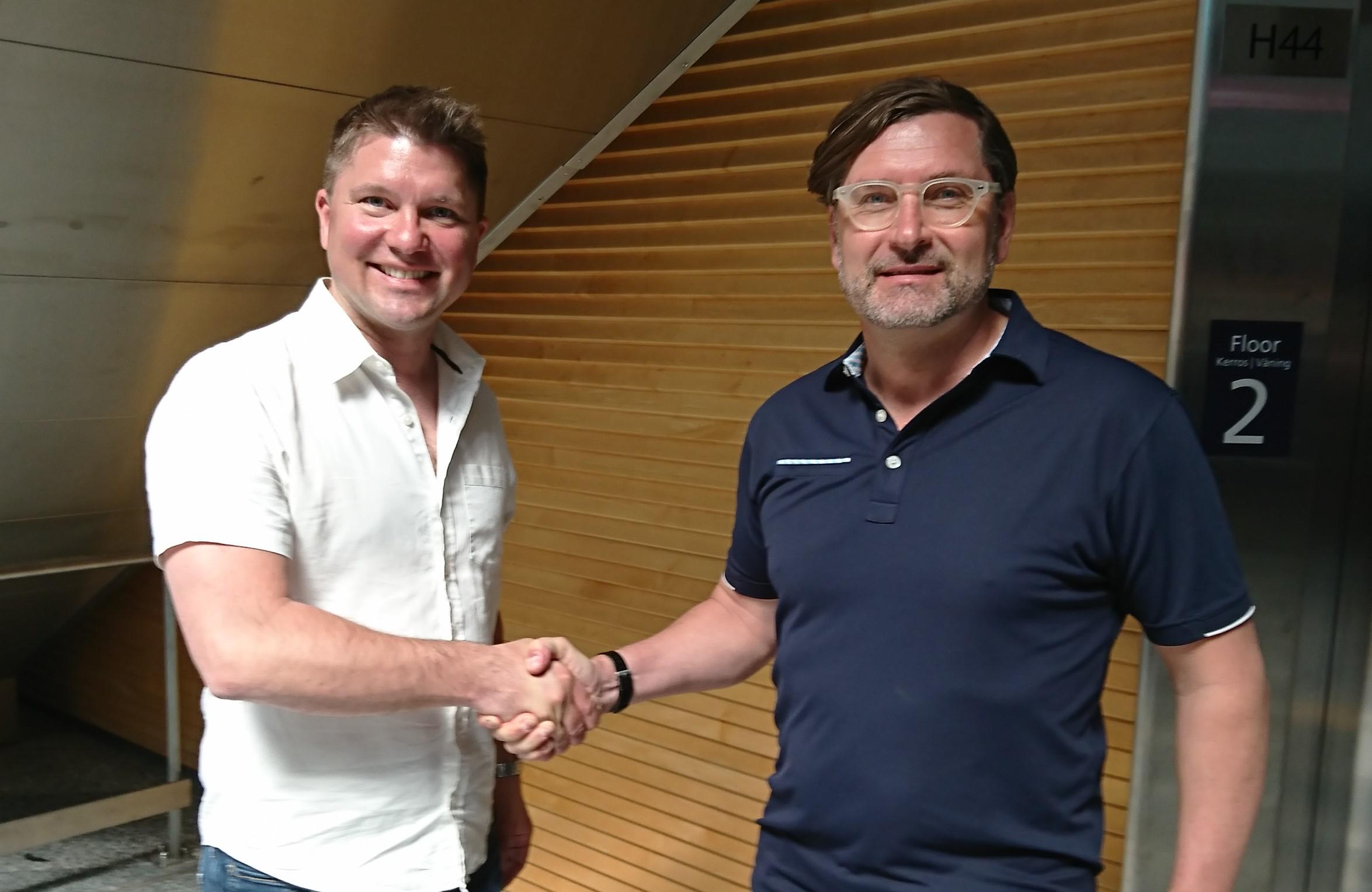 CEO-Maximilian_LeRoux_shakes_hands_with_new_Director_EMEA+Asia_Hannu_Elopuro2
